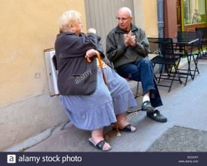 apt-market-day-two-old-people-talking-to-each-other-luberon-france-DCDATF